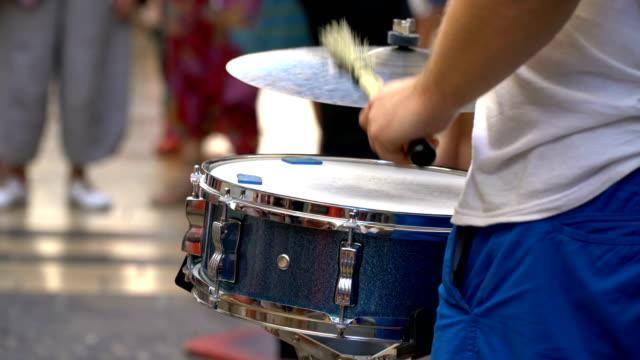 vídeos de stock e filmes b-roll de a street musician plays beautifully on the snare drum, the drum on a summer day. - bateria instrumento de percussão