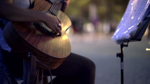 gatumusiker - akustisk gitarr bildbanksvideor och videomaterial från bakom kulisserna