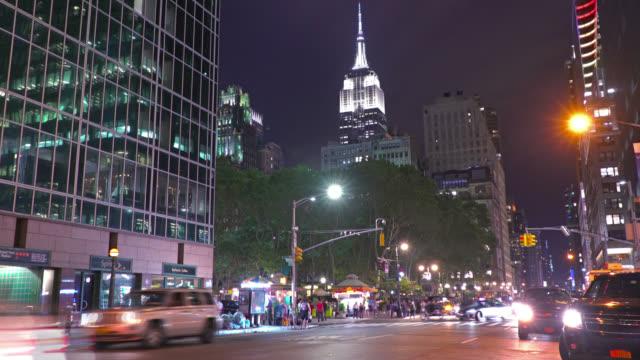 vídeos y material grabado en eventos de stock de calle cerca de empire state building, manhattan, nueva york, estados unidos - señalización vial