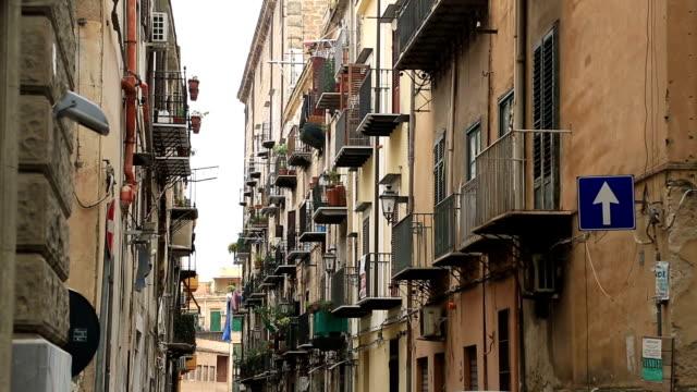 strada di palermo, italia - palermo città video stock e b–roll