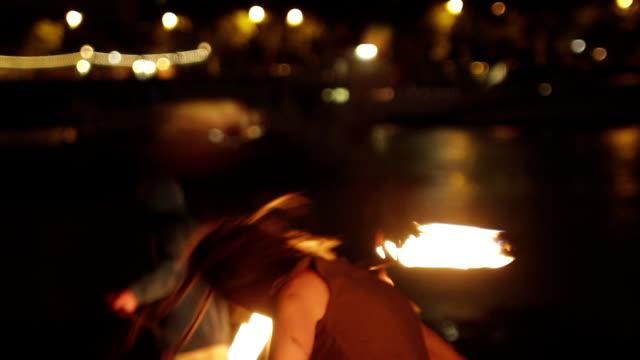 vídeos de stock, filmes e b-roll de artistas de rua com fogo-londres, inglaterra - artista