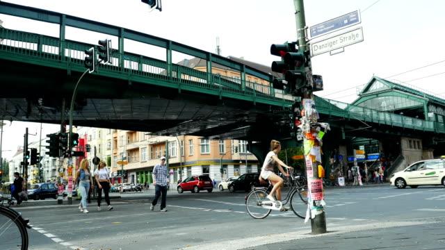 straße-szene in berlin prenzlauer berg (4 k uhd zu/hd) - straßenkreuzung videos stock-videos und b-roll-filmmaterial
