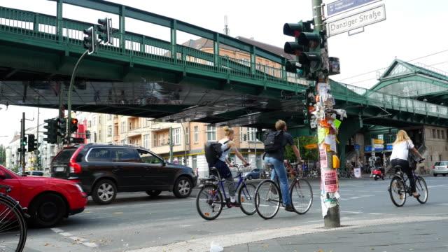 scena di strada a berlino prenzlauer berg - incrocio stradale video stock e b–roll