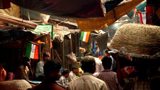 street scene in kolkata (calcutta), india: flower market - blomstermarknad bildbanksvideor och videomaterial från bakom kulisserna