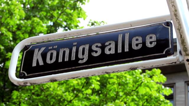 """straßenschild """"königsallee"""" in düsseldorf - düsseldorf stock-videos und b-roll-filmmaterial"""