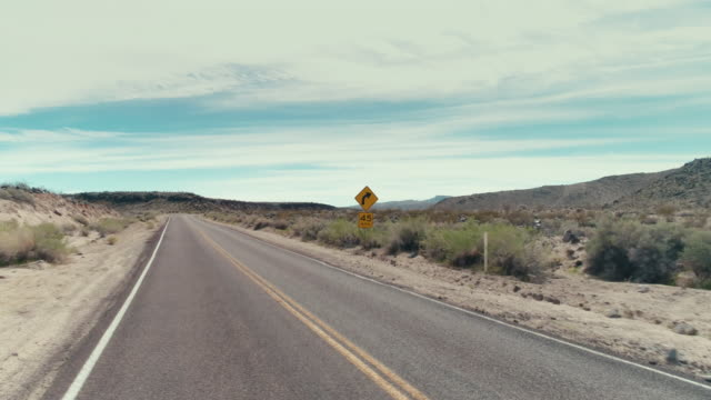 stockvideo's en b-roll-footage met a street sign saying 45mph speet limit in the desert - arizona highway signs