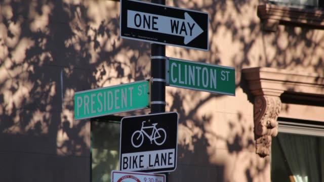 vídeos y material grabado en eventos de stock de señales de la calle de presidente clinton - señalización vial