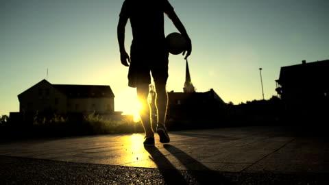 vidéos et rushes de hd super slow-motion: rue joueur de football à quelques minutes - football