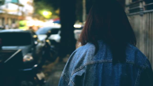 vídeos y material grabado en eventos de stock de estilo de la calle caminando en la acera - moda de otoño