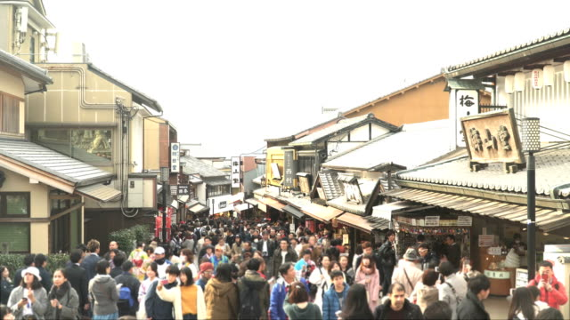 vídeos de stock e filmes b-roll de street view among crowds in old shopping town kyoto in winter - cidade de quioto