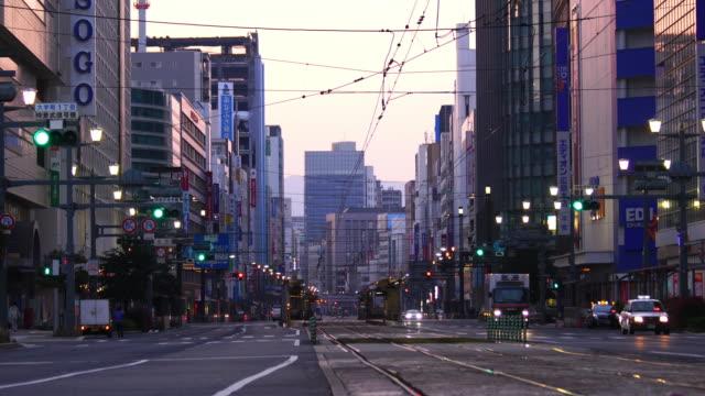 şehir merkezi hiroshima japonya sokak görünümü - hiroshima stok videoları ve detay görüntü çekimi
