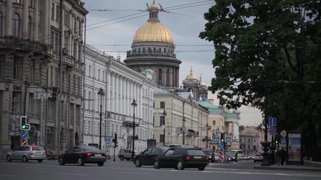 stockvideo's en b-roll-footage met straat met auto's in de kathedraal van st. petersburg op de achtergrond - s