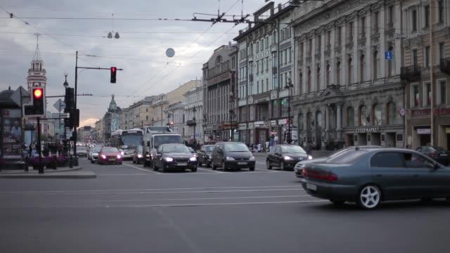 vídeos de stock, filmes e b-roll de rua com carros em carros e em casas das lojas de st. petersburg no fundo - países bálticos