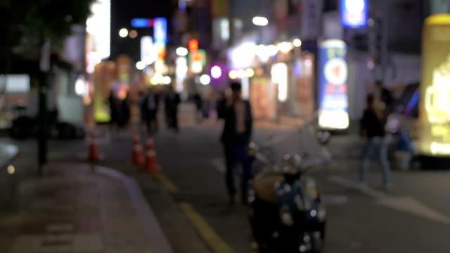 vídeos de stock e filmes b-roll de street with illuminated store banners at night in seoul, south korea - coreia do sul