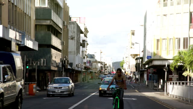 strada con traffico a port louis - isole mauritius video stock e b–roll