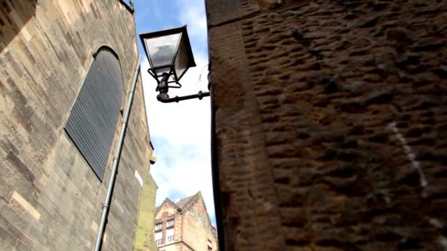 streetlamp e tetti in un vicolo nel centro storico - stile del xix secolo video stock e b–roll