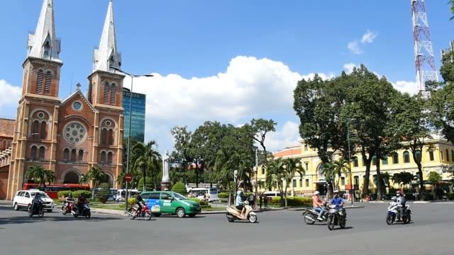 ホーチミン市(サイゴン、ベトナム 2015 年:通りのにぎやかなアジアのシティーライフスローモーション - 教会点の映像素材/bロール