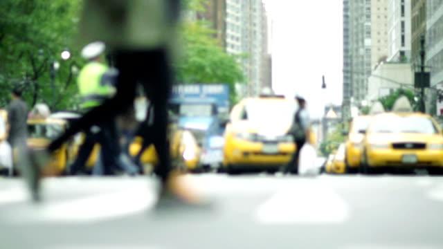 stockvideo's en b-roll-footage met slow motion - nyc streets, dof, soft focus - dubbelopname businessman