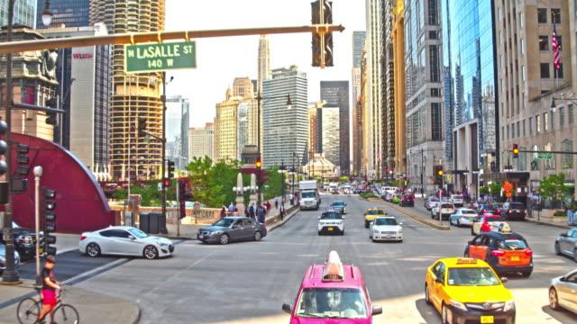 vídeos y material grabado en eventos de stock de calles de la ciudad de chicago - señalización vial