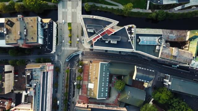 vídeos de stock e filmes b-roll de streets, traffic and buildings in norway seen from above - noruega