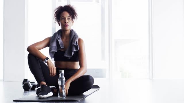 styrka intjänas - black woman towel workout bildbanksvideor och videomaterial från bakom kulisserna