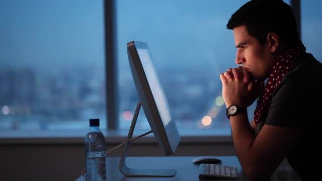 vídeos de stock e filmes b-roll de stress from overtime work - desafio