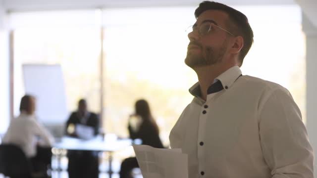 stockvideo's en b-roll-footage met gespannen angstige zakenman speaker voelt nerveus bang voor spraak - ongerustheid