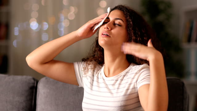 donna araba stressata che si lamenta di soffrire di colpo di calore - ritemprarsi video stock e b–roll