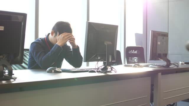 作業ストレスの男 - 悩む点の映像素材/bロール
