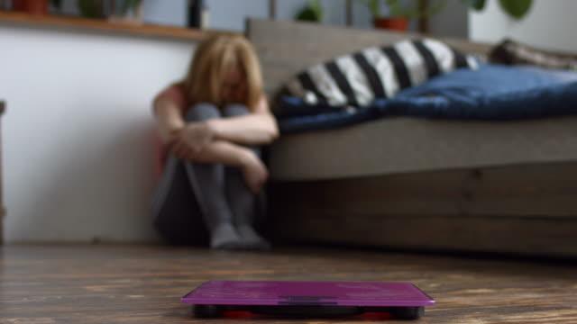 kadın üzgün onun vücut ağırlığı ile vurguladı - beden bilinçli stok videoları ve detay görüntü çekimi