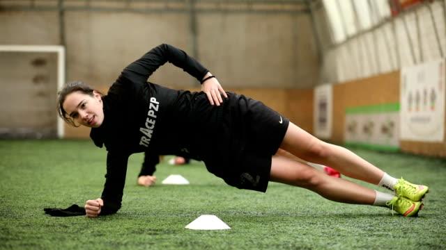 vídeos de stock e filmes b-roll de stretching before practice - meninas adolescentes