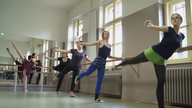 stretching under en barre-klass - balettstång bildbanksvideor och videomaterial från bakom kulisserna