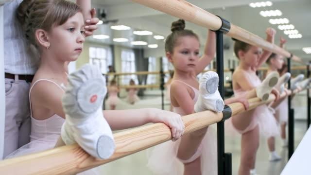 vidéos et rushes de étirement des jambes avec barre de ballet - justaucorps
