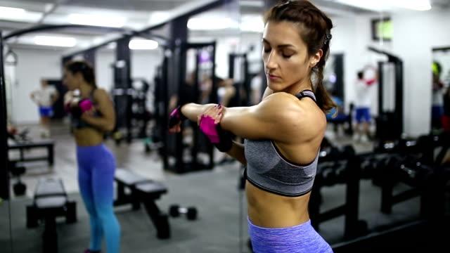 stretching out - спортивный бюстгальтер стоковые видео и кадры b-roll