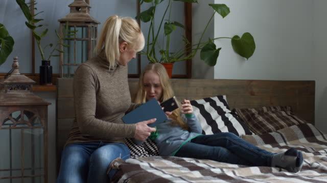 vídeos de stock, filmes e b-roll de mãe rigorosa, fazendo a filha fazer lição de casa - domínio