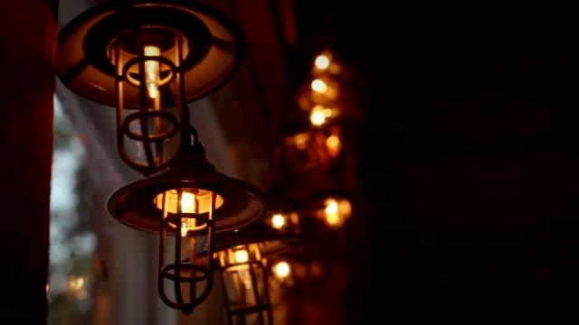 vídeos de stock, filmes e b-roll de luzes da corda lanterna em dentro do interior da cabine de país - rústico