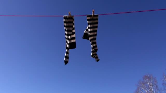 полосатые носки сохнет - носок стоковые видео и кадры b-roll
