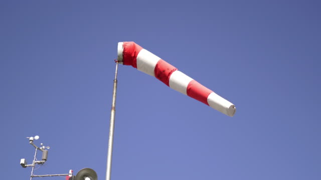 pasiasty windsock pokazuje prędkość wiatru - rękaw filmów i materiałów b-roll