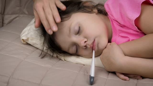 vídeos y material grabado en eventos de stock de acariciando la cabeza del niño enfermo somnoliento. - flu