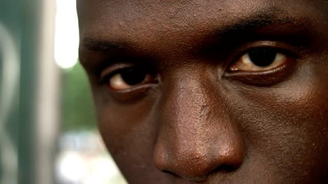 vídeos de stock e filmes b-roll de strong and angry african man's eyes- macro - afro americano