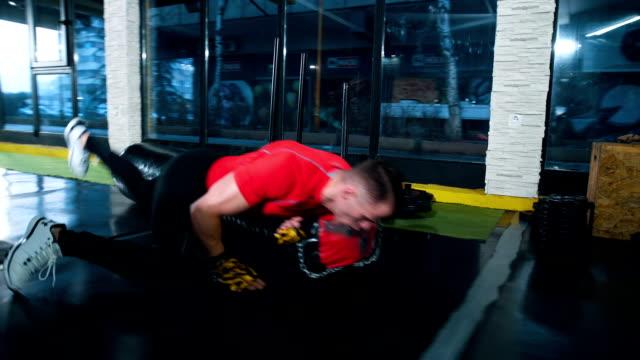 vidéos et rushes de solide athlète poinçonnage punching-bag - concentration