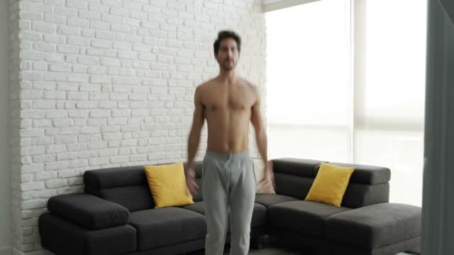 vídeos y material grabado en eventos de stock de fuerte atleta de hacer ejercicio en gimnasio doméstico para gimnasio - sudadera