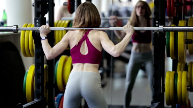 starke schönheit mädchen bodybuilder trainieren im fitness-studio - turngerät mit holm stock-videos und b-roll-filmmaterial