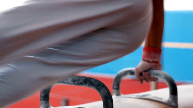 Gymnaste forte swingue jambes au cheval d'arçons - Vidéo