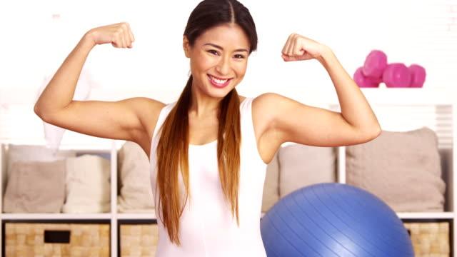 silne japoński kobieta pokazując mięśni - napinać mięśnie filmów i materiałów b-roll