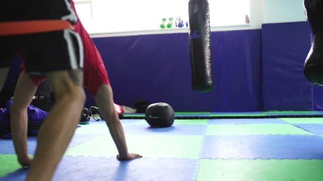 筋力トレーニングに強い男 ビデオ