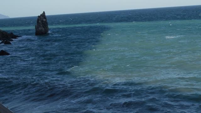 stark havets vågor som slår mot klippor och stenar, solnedgång, ovanifrån - lucia bildbanksvideor och videomaterial från bakom kulisserna