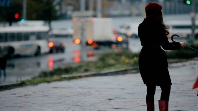 vídeos de stock e filmes b-roll de strong wind blows down woman with red umbrella - guarda chuva