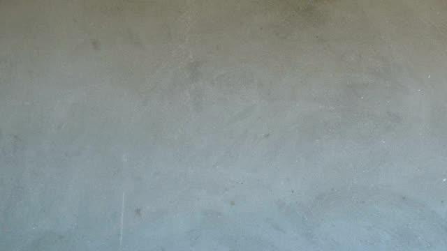 家の中の灰色のセメントの壁の構造。 - セメント点の映像素材/bロール