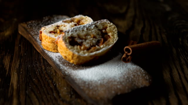 Strudel with apples and nuts. - vídeo